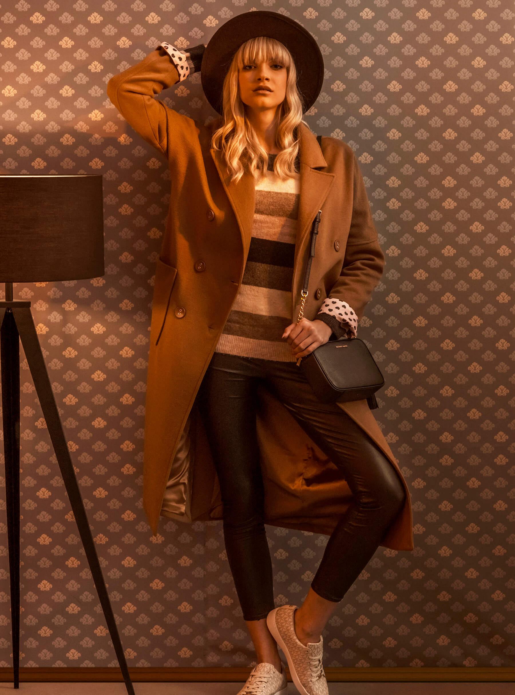 Parfois klobuk 27,99 € Fracomina plašč 239 € Vero Moda pulover 26,99 € Only pajkice 29,99 € Michael Kors superge 140 €