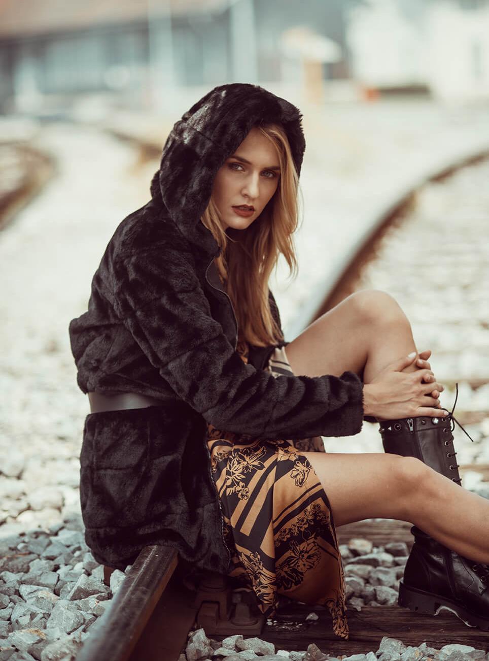 Obleka Vero Moda 39,99 € / Pas Tom Tailor 25,99 € / Jakna Only 69,99 € / Čevlji Tosca Blu 239,00 €
